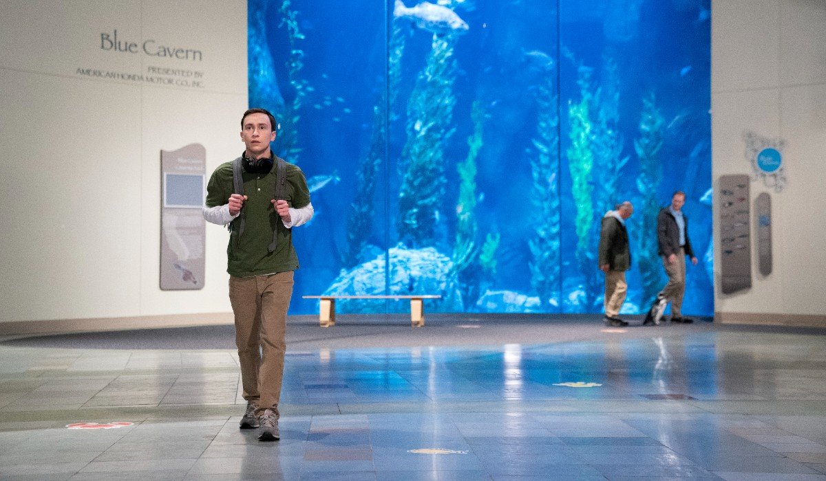 Sam walking away from an aquarium Atypical Netflix