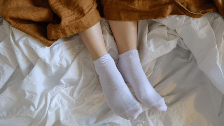 How to clean a duvet: feet in bed