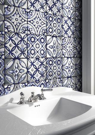 Марокканская синяя и серебряная плитка за раковиной в ванной