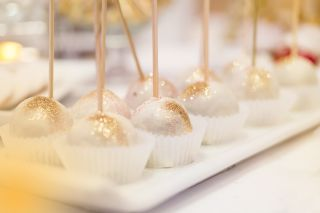 Cakepops decorated with glitter.