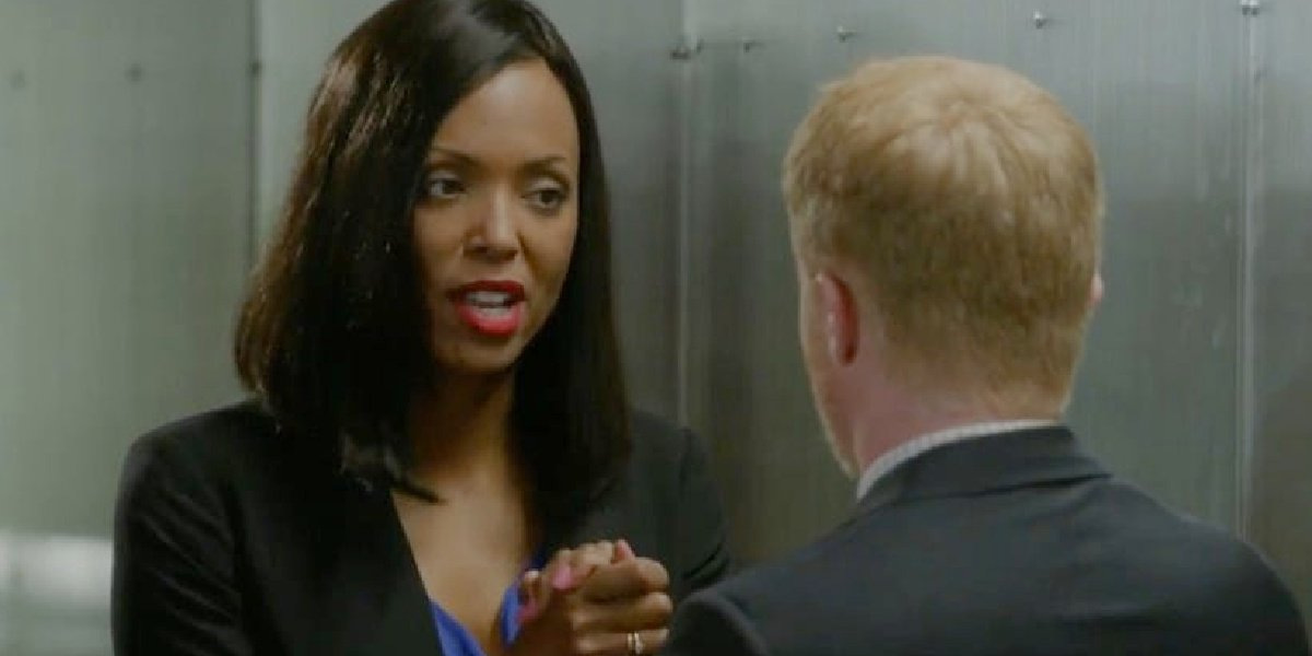 Aisha Tyler as Wendy talking to Mitchell in Modern Family.