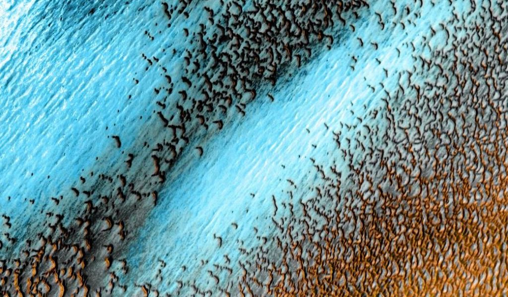 Weird 'blue' dunes speckle the surface of Mars in NASA photo