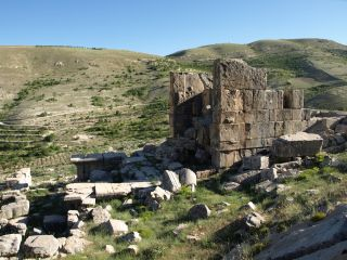 remains of the temple at Hosn Niha