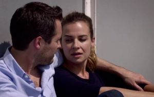 Holby's Ollie and Zosia discuss America