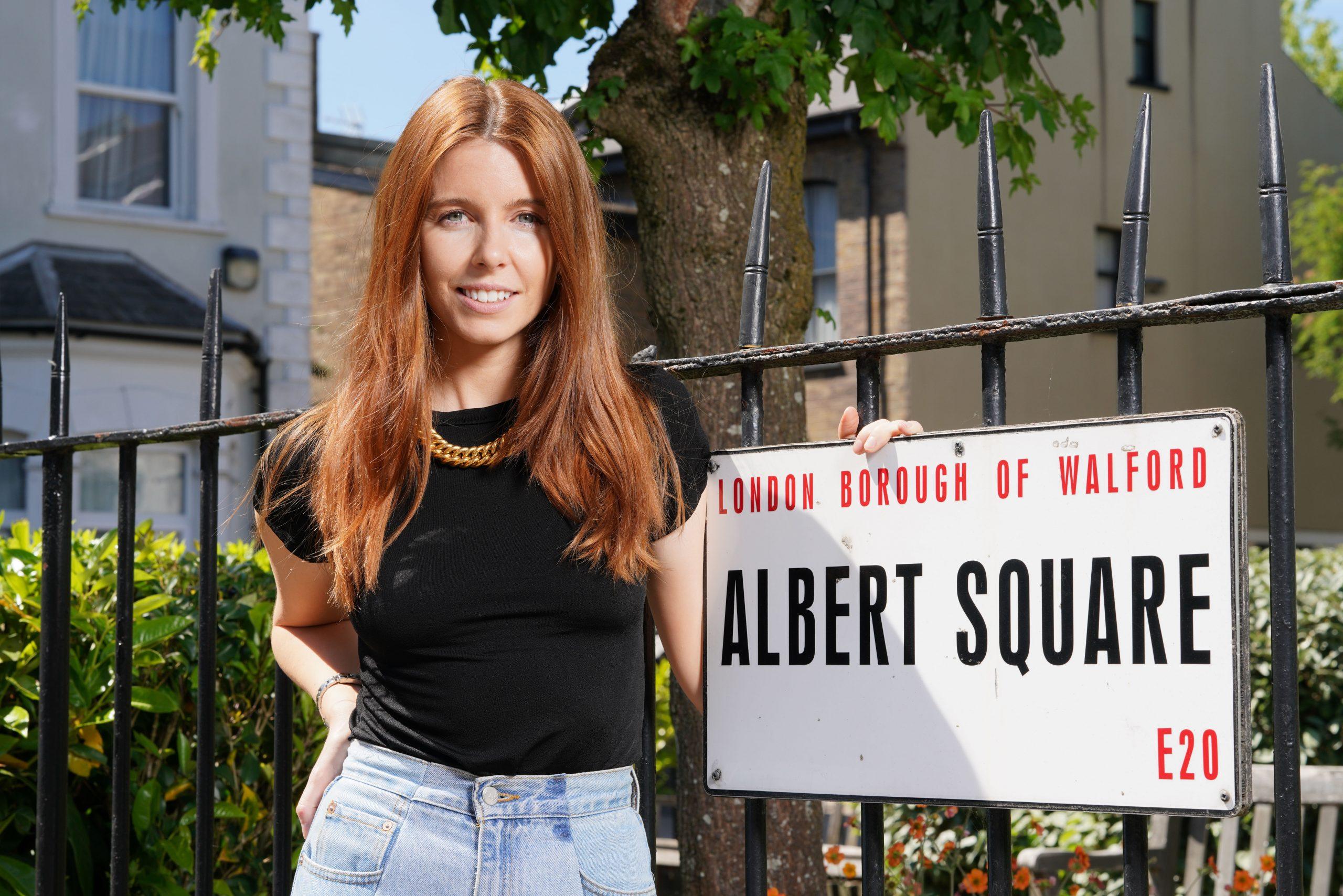 Stacey Dooley en el set de EastEnders