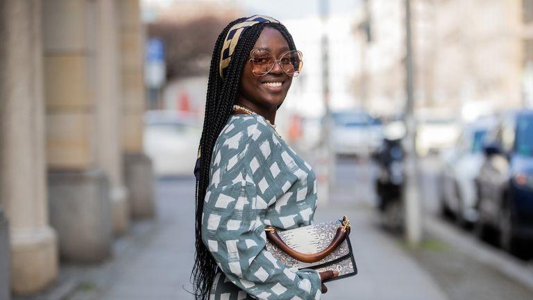 how to wear headbands: street style influencer wearing headband
