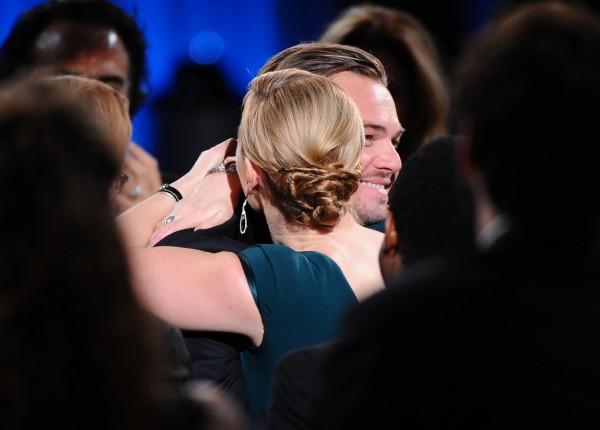 Kate Winslet congratulates Leonardo (Vince Bucci)