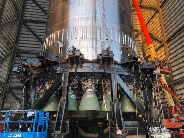 SpaceX installs 29 engines on giant Super Heavy Mars rocket (photos)