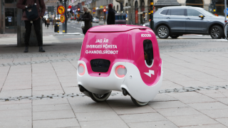 Tele2 / Foodora 5G delivery droid.
