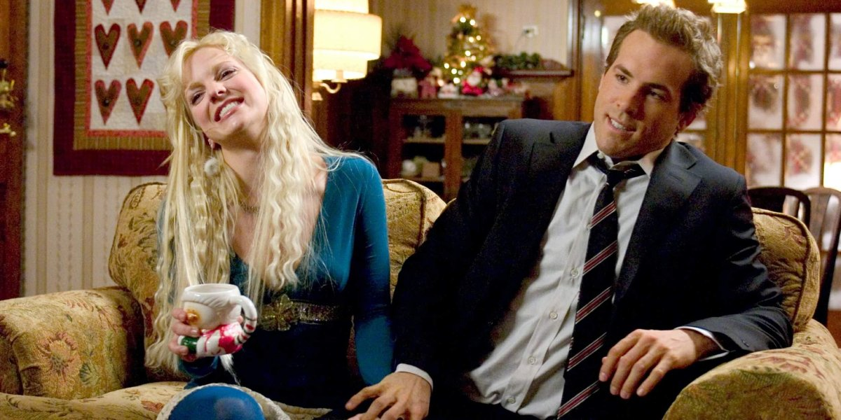 Anna Faris and Ryan Reynolds awkwardly sit on a couch together in Just Friends.