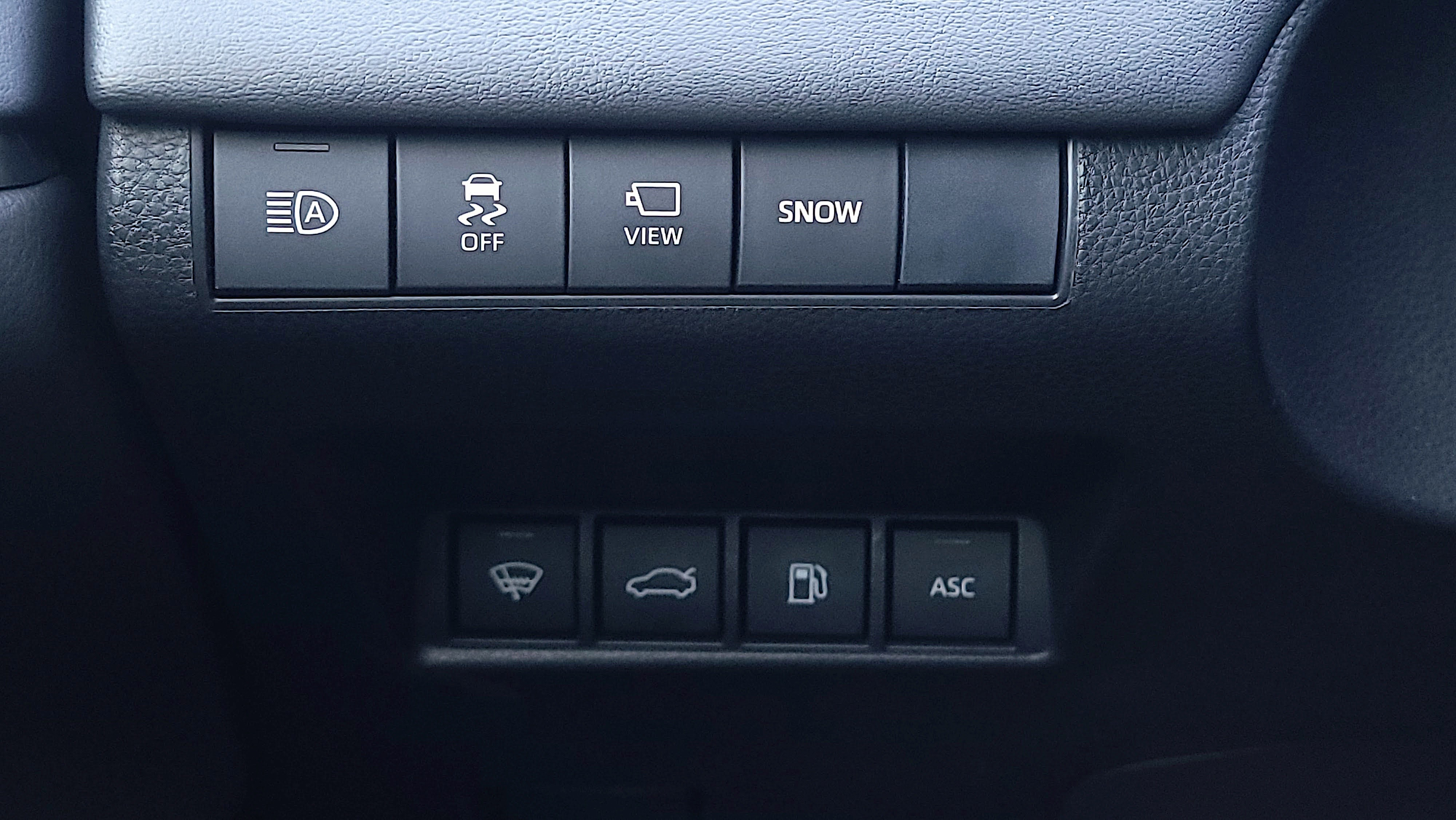 Buttons for Snow mode and more in the Toyota Mirai (2021)