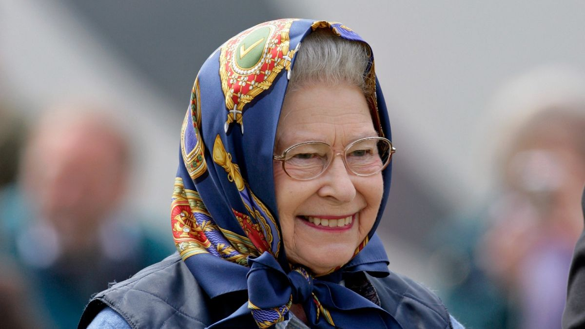Queen's hilarious response after Balmoral tourists fail to recognize her on country walk