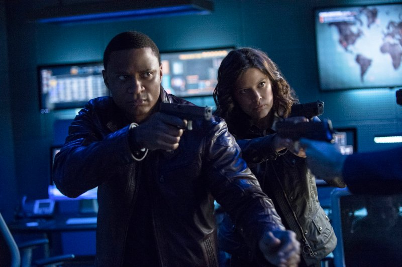 Arrow Season 2 Finale Trailer And Photos Show Heroes, Tension And Big Trouble For... #31255