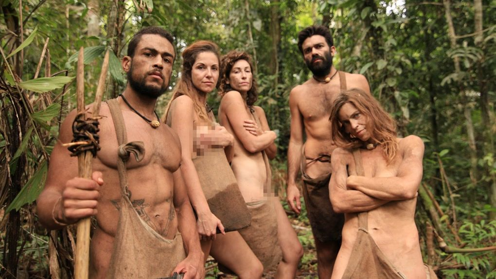 A contestant on australian survivor accidentally got naked and everyone is thirsty