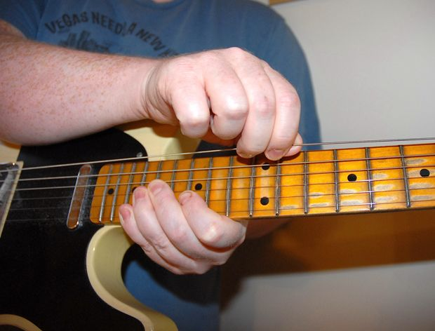 string stretching how to keep new strings in tune from the start guitarworld. Black Bedroom Furniture Sets. Home Design Ideas