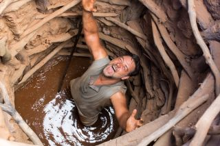 Russell Crowe in a well