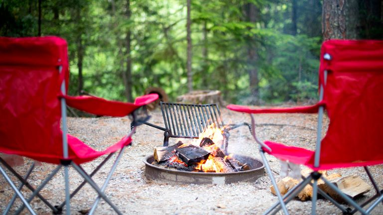 best camping chair: chairs around an open fire