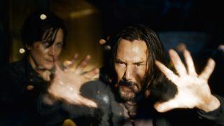 Keanu Reeves stoppt als Neo Kugeln in Matrix Resurrections