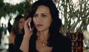 6 Movie Wives Who Were All On The Phone During Disastrous Situations