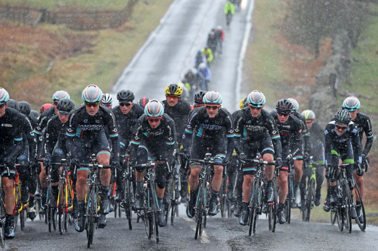 Snowy conditions during Tour of Reservoir 2015, day two