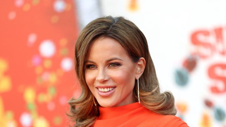 Kate Beckinsale's butt joke photos have fans and celebrity friends in stitches