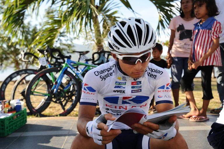 Genki Yamamoto has a read at the 2017 Tour de Flores