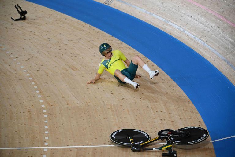 Alex Porter crashes in the men's team pursuit qualifying at Tokyo 2020