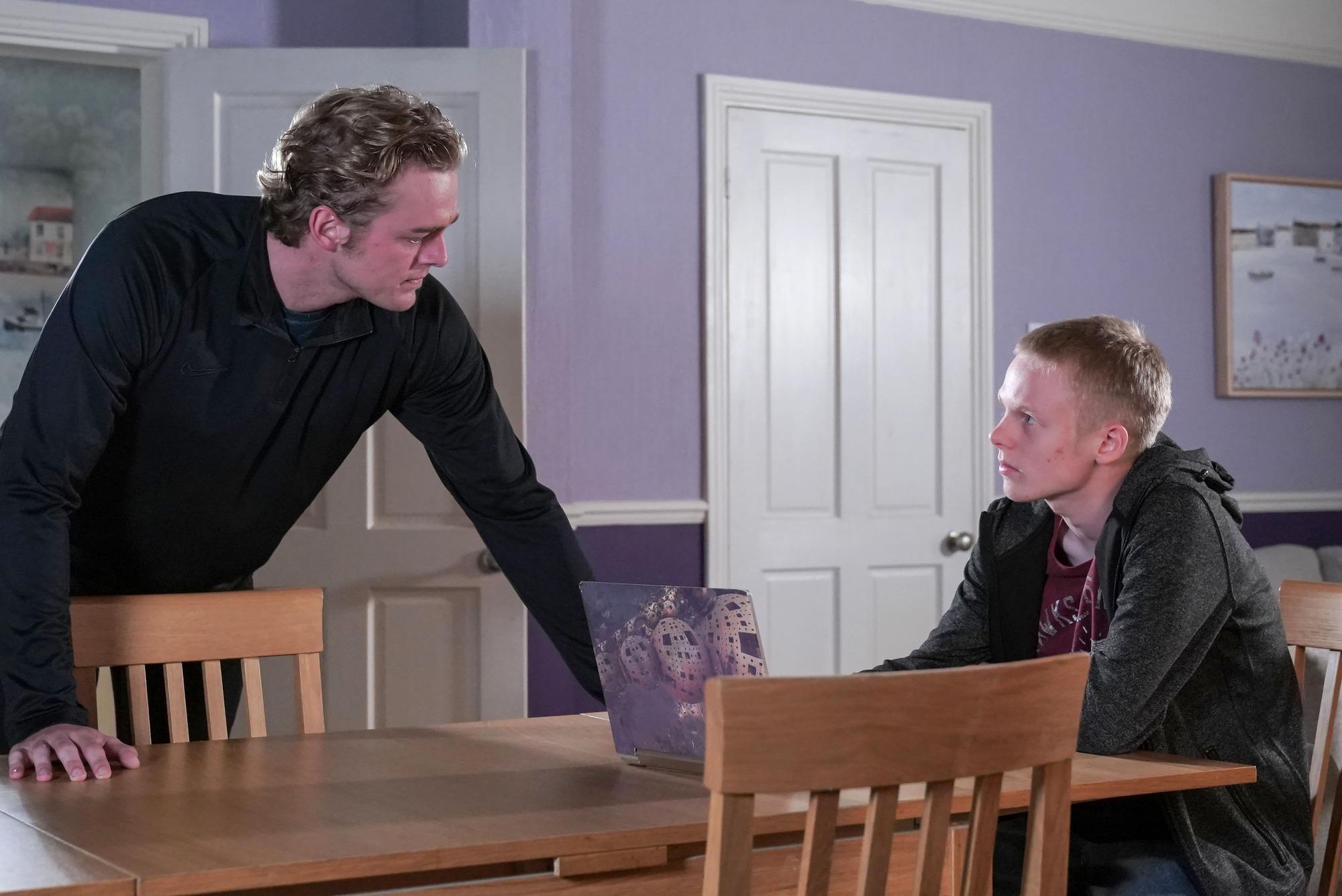 Peter Beale se lo pone difícil a Bobby en EastEnders