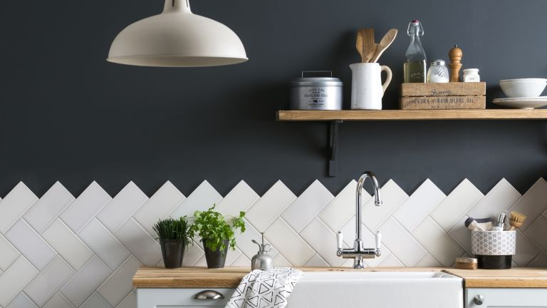 Tiling a kitchen splashback: how to DIY with these easy steps