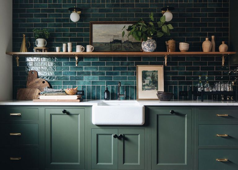 Farmhouse kitchen wall decor and rustic wall decor ideas – open shelving with pottery, pictures and plants