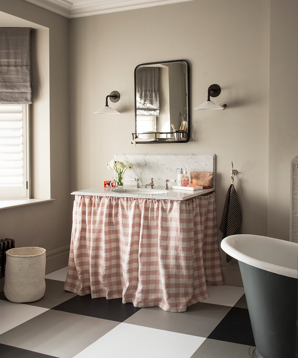 Traditional bathroom with gingham accents | Homes & Gardens