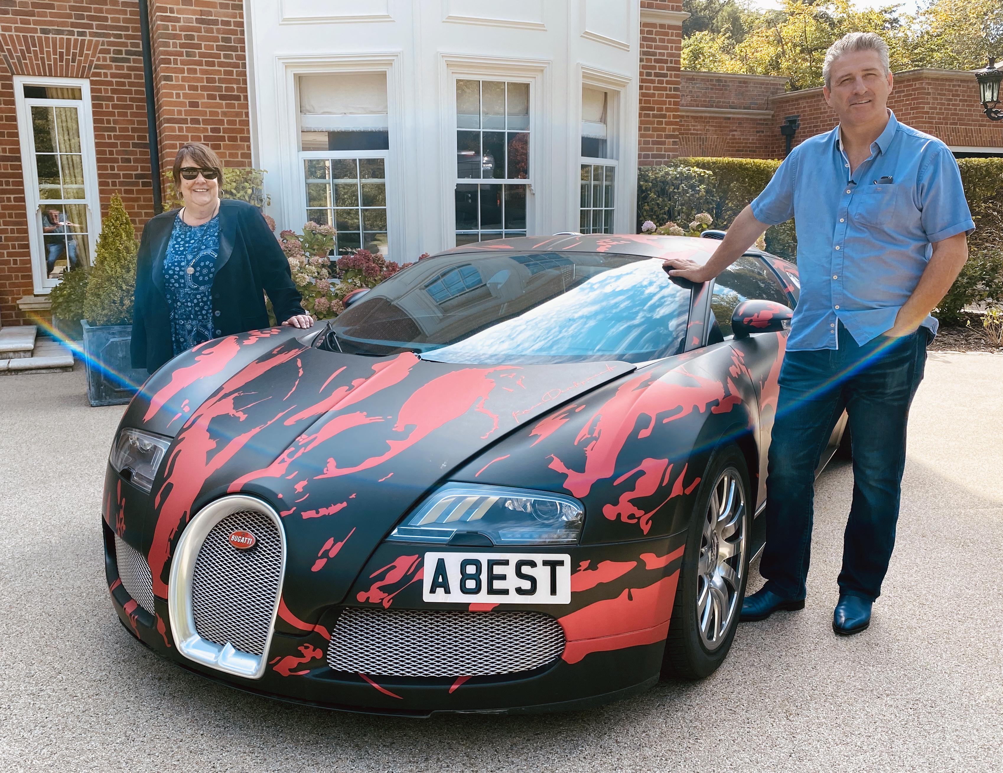 Kathy Burke conoce a Alfie Best mientras viaja por el Reino Unido para Money Talks de C4.