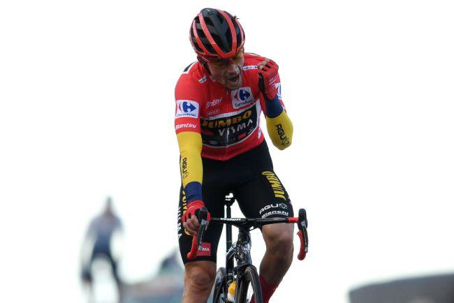 Roglič esulta al traguardo della Covatilla: è stato staccato di 21 secondi da Carapaz ma la Vuelta è definitivamente sua (Getty Images)