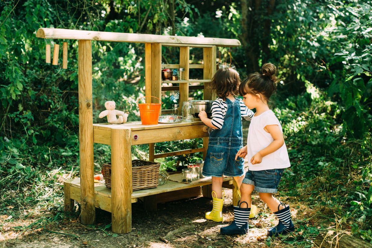 20 fun and creative ways to keep little ones busy outside