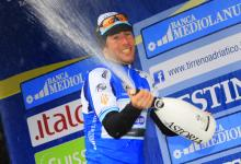 Tirreno-Adriatico leader Mark Cavendish lets loose with the bubbly.