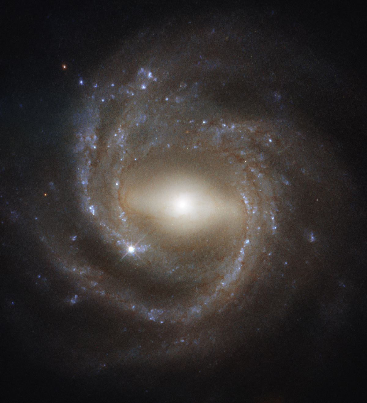 This Gorgeous Spiral Galaxy Photo May Hold Clues About Our Milky Way's Inner Workings
