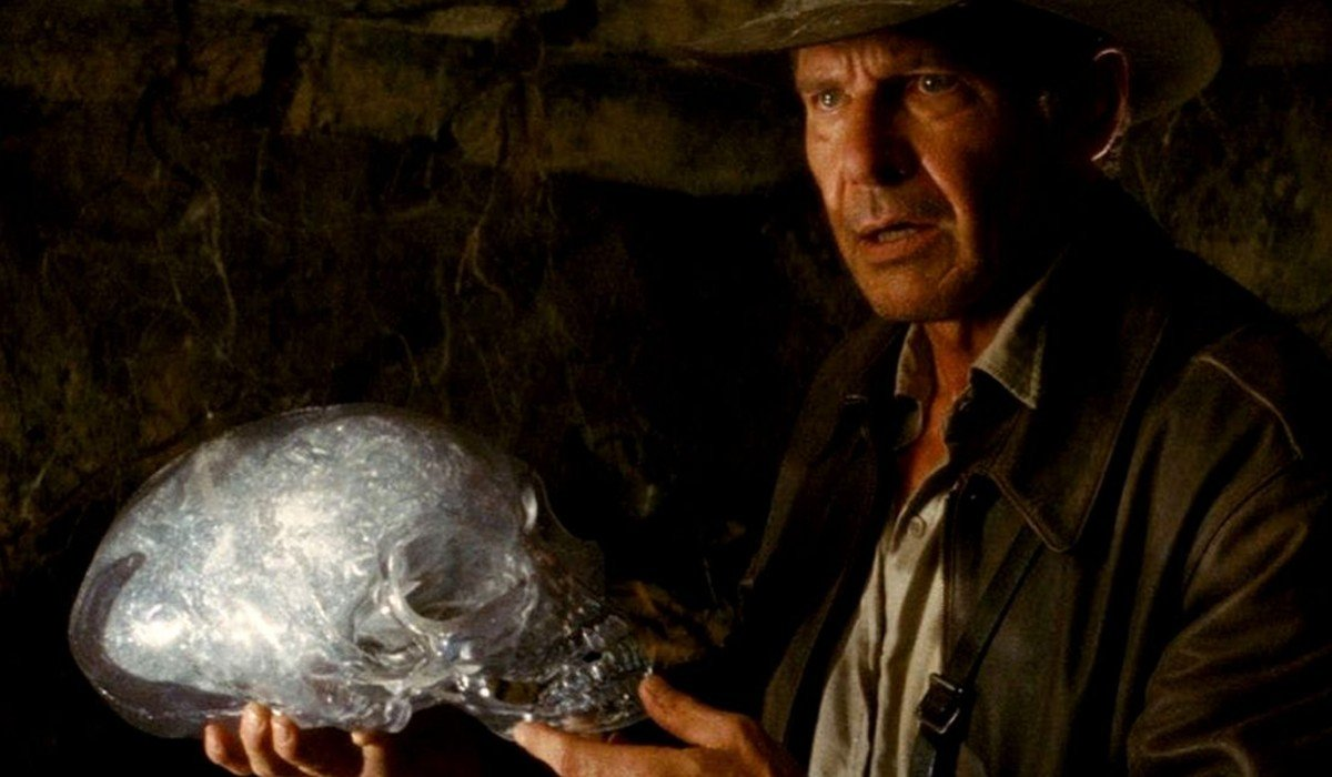 Indy holding a crystal skull