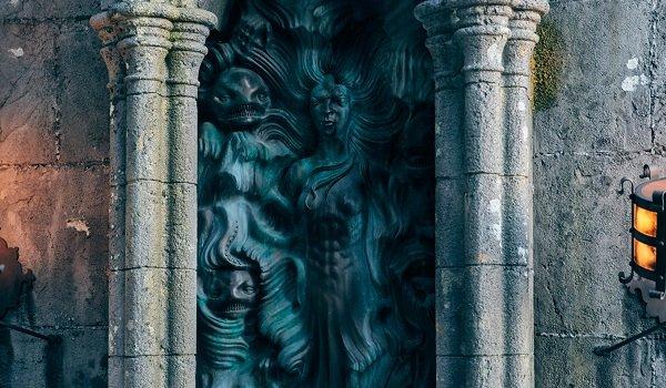 Buku monster dan sarung tangan Hagrid.