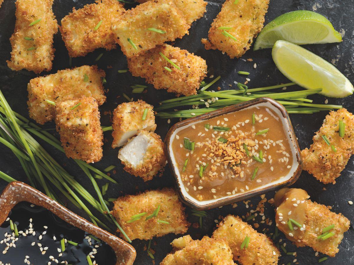 Baked tofu bites: breaded tofu with a satay sauce