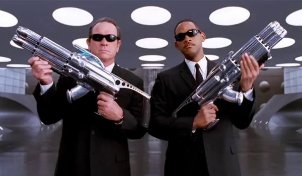 Men In Black Tommy Lee Jones Will Smith armed for action