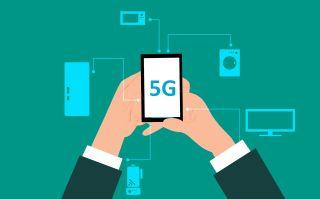 Kuvituskuva 5G-puhelimesta, joka on kytkettynä kodinkoneisiin