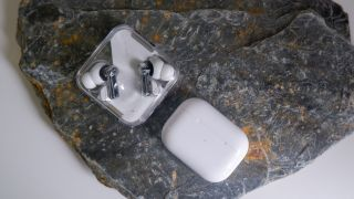 Nothing ear (1) vs Apple AirPods Pro