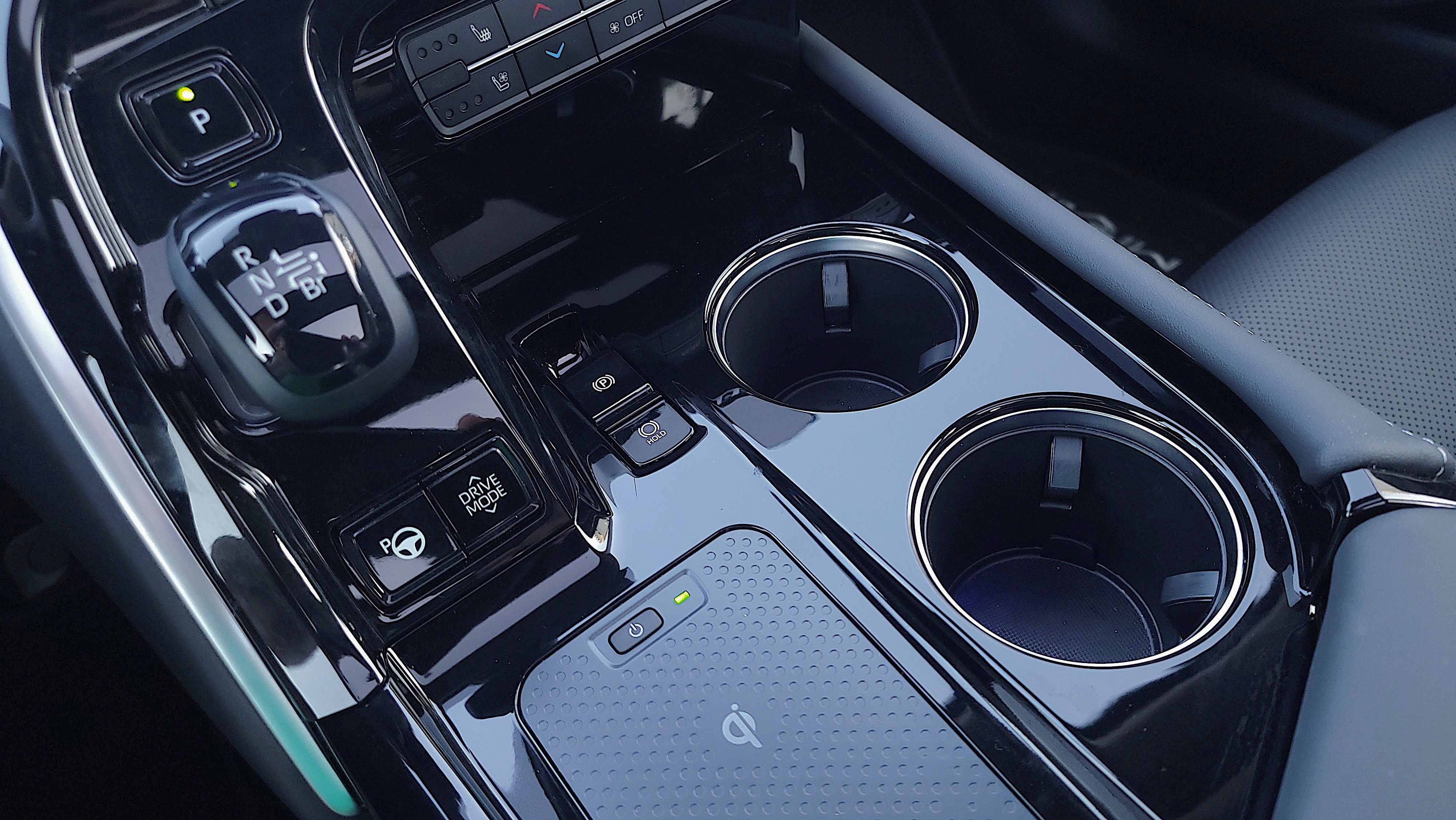 Center console including two cup holders in Toyota Mirai (2021)