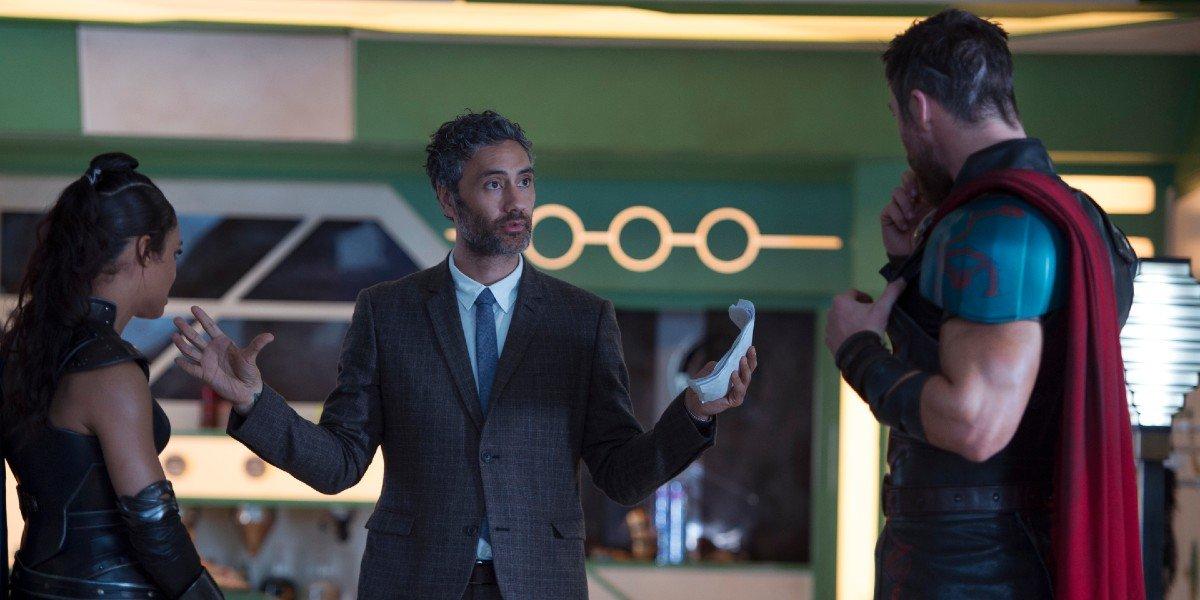 Taika Waititi talking to Tessa Thompson and Chris Hemsworth on the set of Thor: Ragnarok