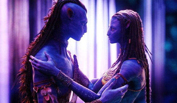 Avatar Jake and Neytyri embrace in the forests of Pandora