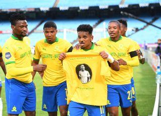 Kermit Erasmus and teammates paying tribute to Anele Ngcongca