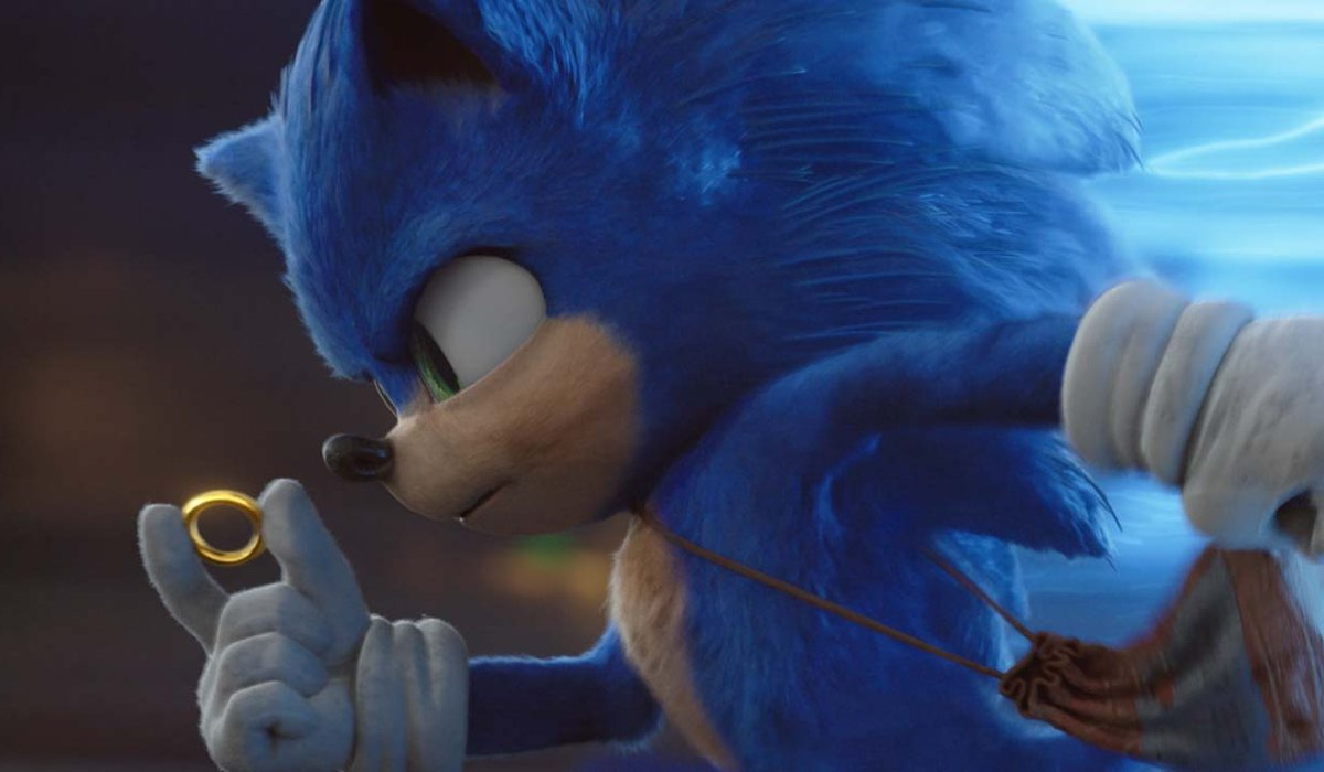 Sonic The Hedgehog runs with a ring in his hand