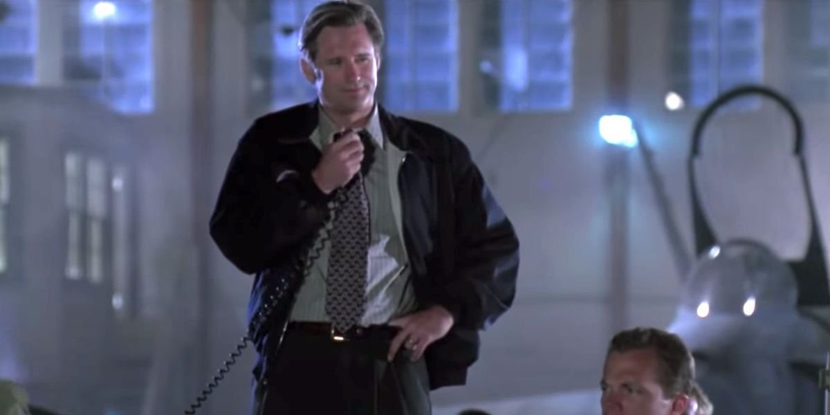 President Whitmore (Bill Pullman) speaks into a microphone in 'Independence Day.'