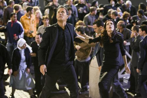 Angels & Demons - Tom Hanks' Robert Langdon & Ayelet Zurer's Vittoria Vetra look to the skies in St Peter's square