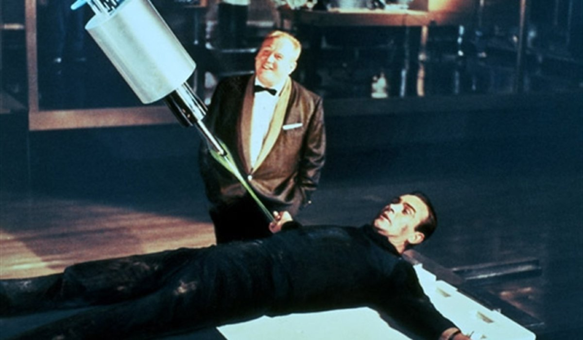 Goldfinger Gert Frobe threatens Sean Connery with a laser